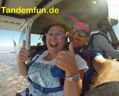 Fallschirmspringen mit Tandemfun aus bis zu 6000m. Hol Dir den Kick! Sicher ist sicher, darum gehen wir zu Edi Engl aus Amberg. Erfahrung im Fallschirmsport seit 28 Jahren.