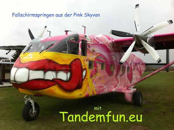 Fallschirmspringen in Fromberg bei Kirchberg am Walde in Österreich. Ein Fallschirmspringer-Event der besonderen Art. Das Erlebnis für die ganze Familie. Der Pink-Boogie findet jedes Jahr im Juli statt. Geschenk-Gutscheine können über www.tandemfun.eu