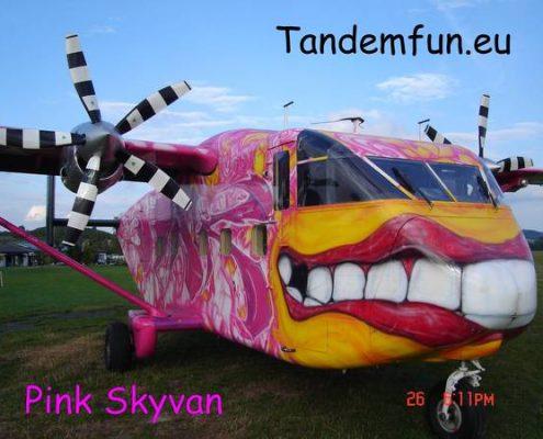"""Jetzt Fallschirmspringen aus über 4000m. In Klatovy """"Klattau"""" in Tschechien ist unser Fallschirmsportzentrum. Die Geschenk Idee, ein Tandemsprung aus der Pink Skyvan und 4300m Absprunghöhe. Jetzt online kaufen in Shop von Tandemfun."""