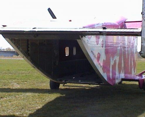 Fallschirmspringer Flugzeug Pink Skyvan mit Platz für 24 Personen (Skydiver).