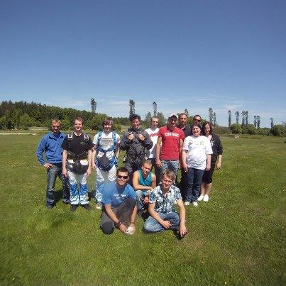 Gruppen-Event Fallschirmspringen aus 4300m und 6000m in Klatovy Tschechien mit Edi Engl und Team. Komm mit Deinen Freunden zu www.tandemfun.eu und habe sehr viel Spass dabei. Egal ob als Firmenevent, Incentives, oder einfach nur mit Freunden Fallschirmspr