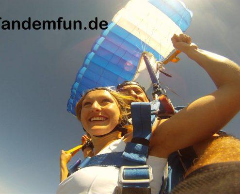 Tandemspringen und Fallschirmspringen mit Tandemfun in Bayern, Oesterreich und Tschechien. Gutschein für Deinen Fallschirmsprung online bestellen. Termine zum Tandemsprung in Dingolfing Bayern genauer in Niederbayern auf der Webseite von tandemfun. Falls