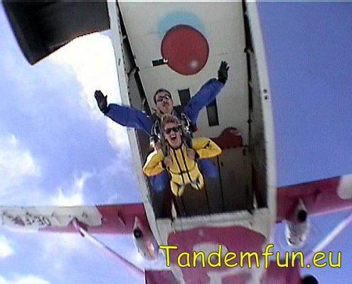 Fallschirmspringen in Dingolfing mit Tandemfun. Gutscheine als Geschenk online kaufen. Hol Dir den Spass beim Tandemspringen mit Edi Engl.