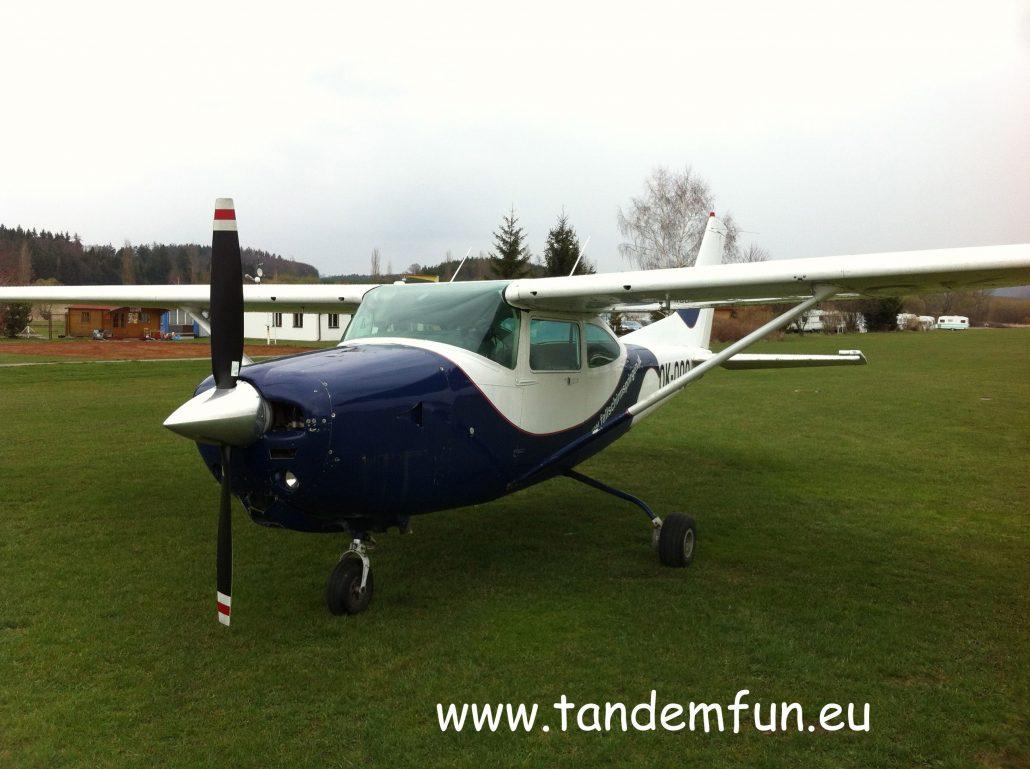 Die Cessna 182 RG ist ideal zum Tandem Fallschirmspringen.