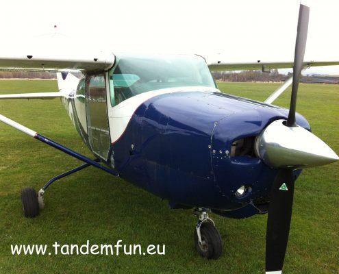 Mit der Cessna 182 RG werden Fallschirmspringer aus bis zu 3500m abgesetzt. Aufgrund des Einziehfahrwerks ist es ideal zum Fallschirm Tandemspringen.