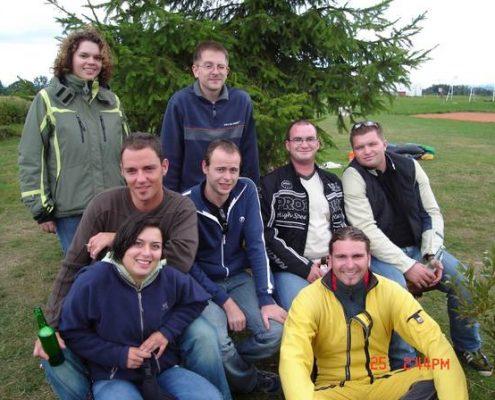 Das Gruppen Event Fallschirmspringen aus bis zu 6000 Meter in Bayern und Österreich. Fallschirm Tandemspringen als Incentive, Unternehmung um den Zusammenhalt zu fördern. Gutscheine als Geschenk Idee online erwerben.