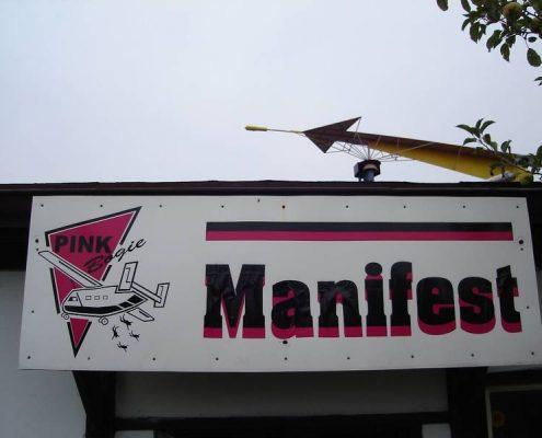 Das Manifest am Sprungplatz in Klatovy. Fallschirmspringen aus 4300m und 6000m mit Tandemfun, der regionale Anbieter von Tandem Fallschirmspringen für Bayern und Österreich. Geschenk Gutscheine gibt es online zu kaufen.