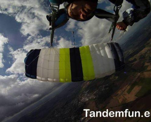 Nürnberg kommen zum Fallschirmspringen zu Edi Engl von Tandemfun. Das beste Geschenk ist ein Tandemsprung aus bis zu 6000 Meter. Fun,Spass und ein kleiner Adrenalinkick sind hier schon mit dabei. Skydiving in Klatovy mit einem Franken aus Nürnberg.