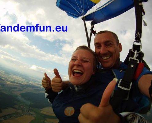 Fallschirmspringen mit www.tandemfun.eu/Tandemspringen/Geschenk/Gutschein/Klatovy/Dingolfing/Zell am See/Klatovy 6000m/Pink Skyvan/Bayern/München/Regensburg/Passau