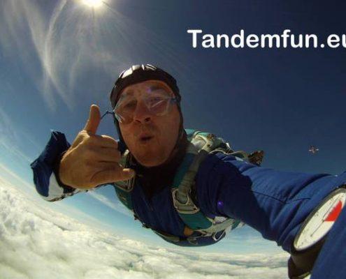 Tandemspringer aus Nürnberg Franken kommen zu Edi Engl aus Amberg um einen Fallschirmsprung zu machen. Das Geschenk zum Geburtstag ist die Idee. Hol Dir den Gutschein online auf tandemfun.