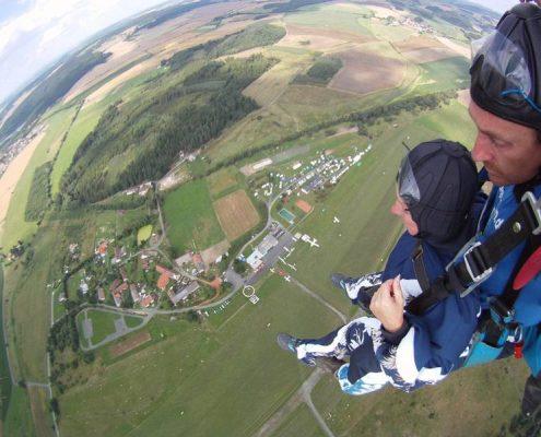 Fallschirmspringen am Airport in Klatovy Tschechien aus der Pink Skyvan. Ein Tandem Fallschirmsprung ist das ideale Geburtstagsgeschenk.