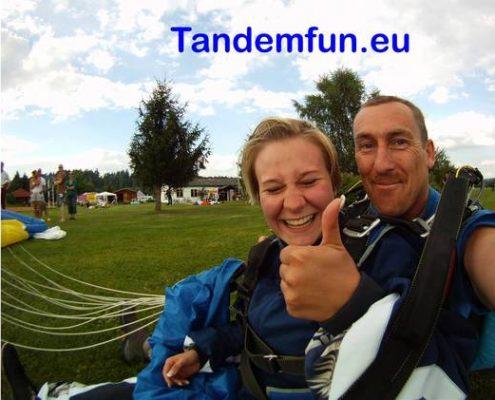 Fallschirmspringer aus Franken Nürnberg kommen zu Tandemfun um einen Tandemsprung zu erleben. Dein Direkt Anbieter für Bayern und Österreich. Holö Dir den Spass mit Edi Engl und seinem Team.