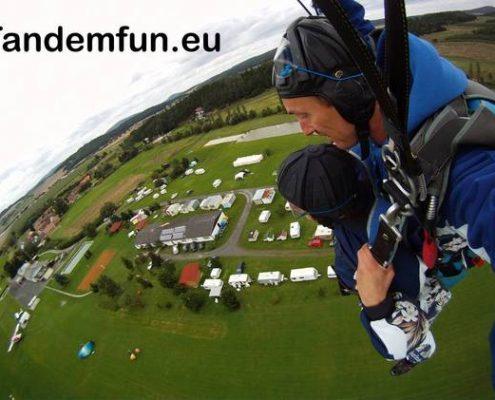 Fallschirmspringen inder nähe von Nürnberg? In Klatovy Tschechien kannst Du Tandemspringen aus bis zu 6000 Meter Absprunghöhe. Habe Spass, für ein sicheres Gefühl sorgen wir. Ein Fallschirmsprung mit Edi Engl ist der Hit. Seit 28 Jahren im Fallschirm